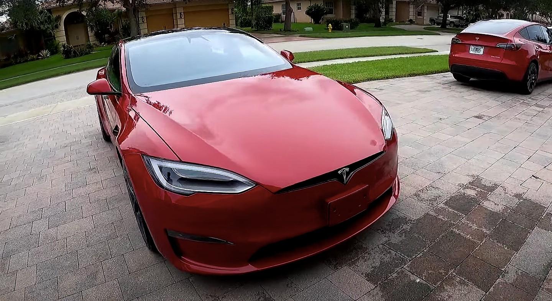 Tesla Model S Plaid разгоняется до 100 км / ч за 1,99 секунды без подготовки на улице